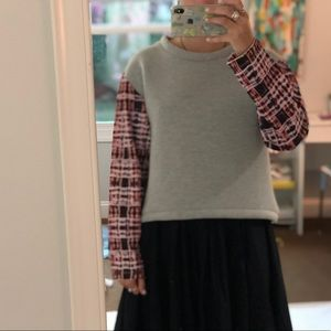 Boxy grey sweater with graphic sleeves